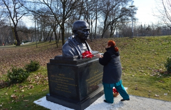 Ambassador Arindam Bagchi and Embassy officials paid homage at the recently installed bust of Mahatma Gandhi at Bundek Park, Zagreb on 30 January 2020